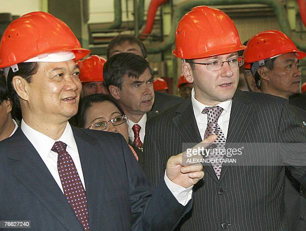 Vietnamese Prime Minister Nguyen Tan Dung speaks with the general director of the company Power Machines Boris Vainzikher at a Power Machines...