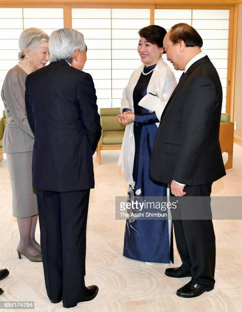 Vietnamese Prime Minister Nguyen Xuan Phuc and his wife Tran Nguyet Thu are welcomed by Emperor Akihito and Empress Michiko prior to their meeting at...