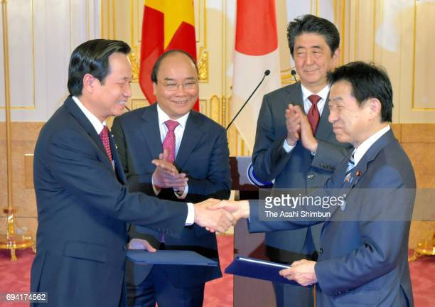 Vietnamese Prime Minister Nguyen Xuan Phuc and Japanese Prime Minister Shinzo Abe attend a signing ceremony at the Akasaka State Guest House on June...