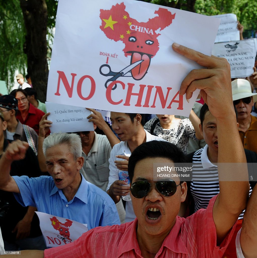 Vietnamese protesters shout anti-China s : ニュース写真