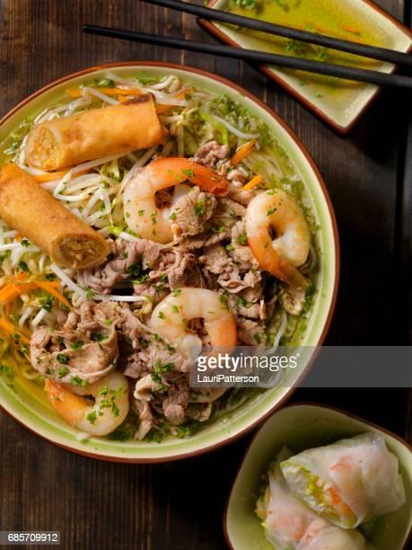 Vietnamita de camarón y sopa de fideos de arroz de carne de res (PHO)