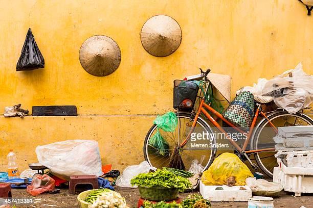 vietnamese street market stall - merten snijders imagens e fotografias de stock