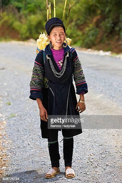 mulher vietnamita carregando milho perto sapa cidade - tribo asiática - fotografias e filmes do acervo