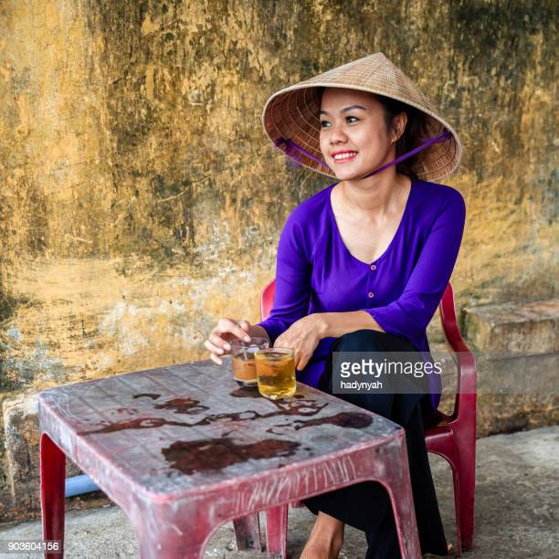 Vietnamienne, boire du café glacé traditionnels - café sua da, vieille ville de Hoi An ville, Vietnam