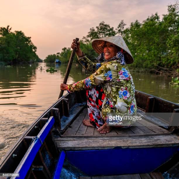 Femme vietnamienne aviron un bateau, Delta du Mekong, Vietnam