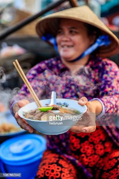 Vietnamesin verkaufen berühmte Nudelsuppe, schwimmende Markt, Mekong-Fluss-Delta, Vietnam