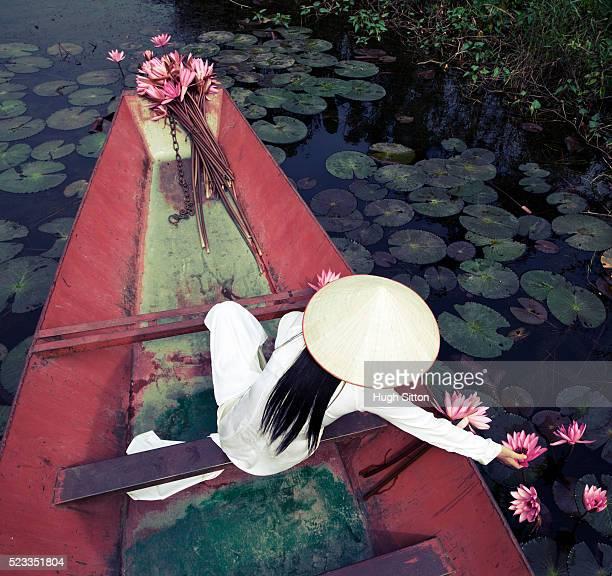 vietnamese women in traditional costume - hugh sitton stockfoto's en -beelden