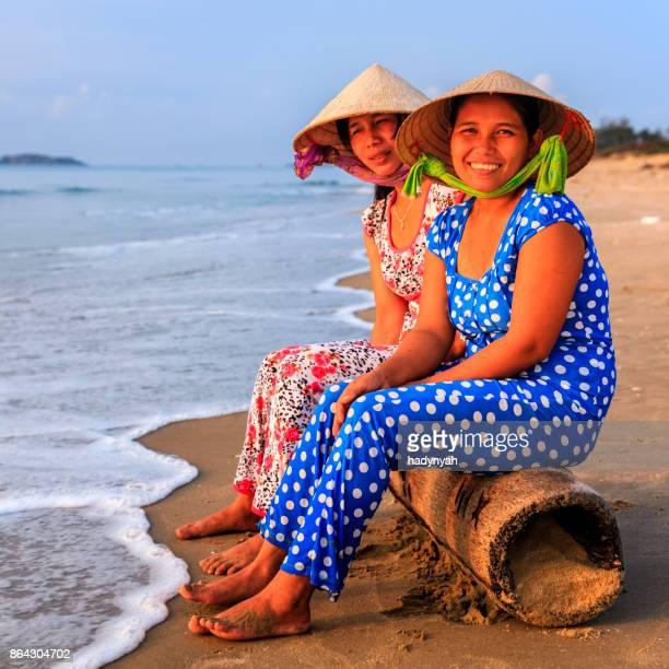 Vietnamesische Frauen sitzen am Strand, Vietnam