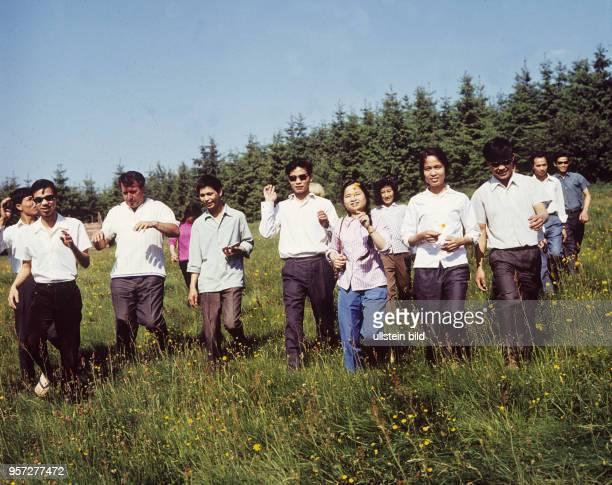 Vietnamesische Gastarbeiter die im VEBKabelwerk Oberspree Berlin eine Ausbildung absolvieren bei einem Urlaub im Harz aufgenommen im Juni 1970...