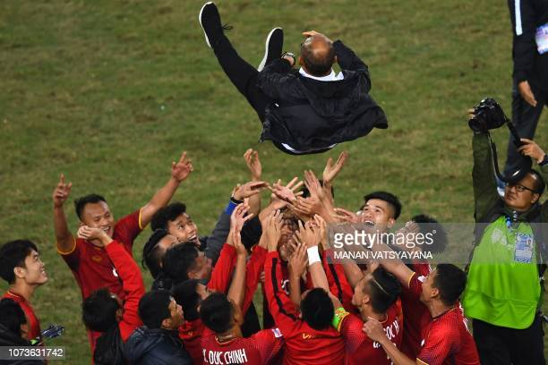 TOPSHOT Vietnam's players celebrate with coach Park Hangseo after winning the AFF Suzuki Cup 2018 championship following the AFF Suzuki Cup 2018...