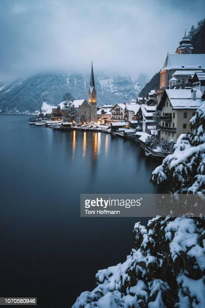 view above hallstatt, salzkammergut, austria on a moody winter night - hallstatt stockfoto's en -beelden