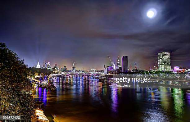 view across the thames at night - anatoleya stock pictures, royalty-free photos & images