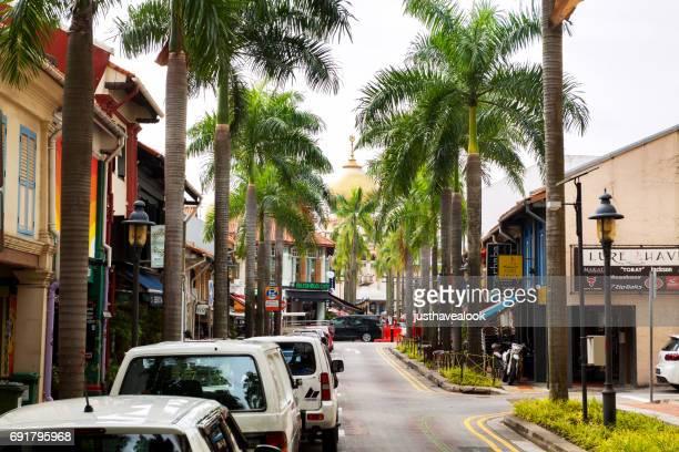 kijk langs de bussorah straat in singapore - koloniale stijl stockfoto's en -beelden