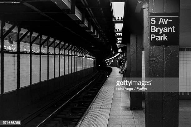 view along subway platform - new york city subway stock pictures, royalty-free photos & images