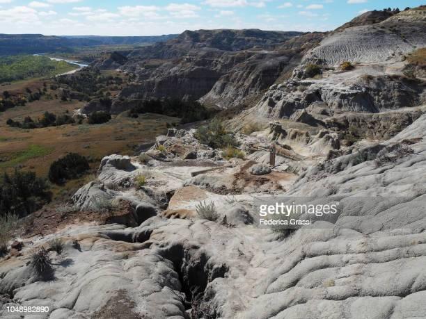 view along the achenbach trail, theodore roosevelt national park, north unit - ノースダコタ州キャノンボール ストックフォトと画像