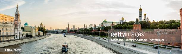 view along the moskva river - image stock-fotos und bilder