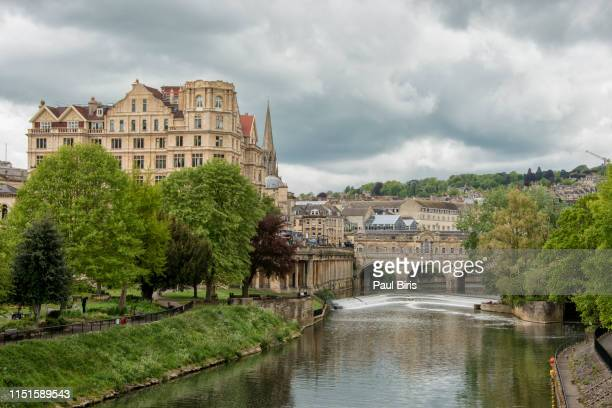 view along the river avon towards famous pulteney bridge, bath, uk - イングランド南西部 ストックフォトと画像