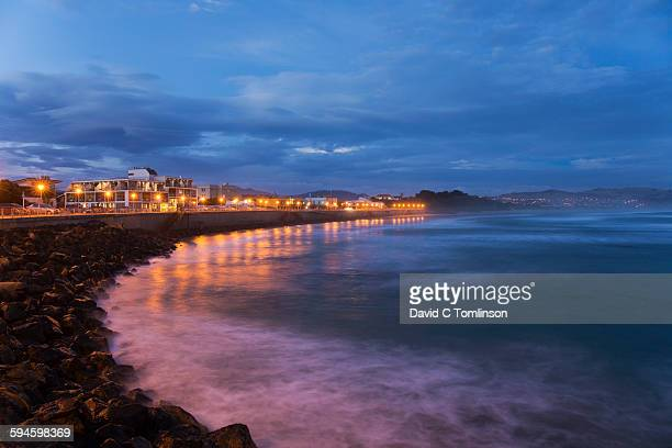 view along the seafront at dusk, st clair, dunedin - dunedin new zealand stock pictures, royalty-free photos & images