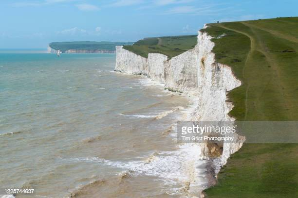 view along the seven sisters chalk cliffs and beach, east sussex, uk - 浸食された ストックフォトと画像