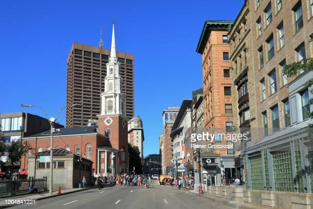 view along tremont street to park street church in downtown - rainer grosskopf stockfoto's en -beelden