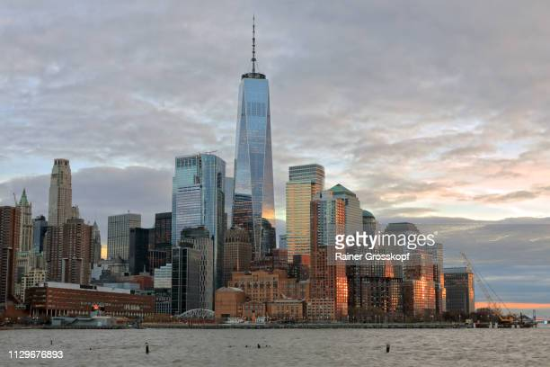 view at downtown manhattan with one world trade center at dusk - rainer grosskopf foto e immagini stock
