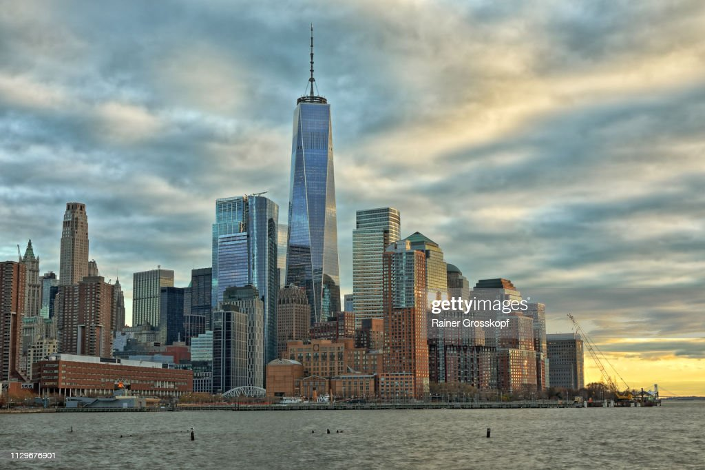 View at Downtown Manhattan with One World Trade Center at dusk : Stock-Foto