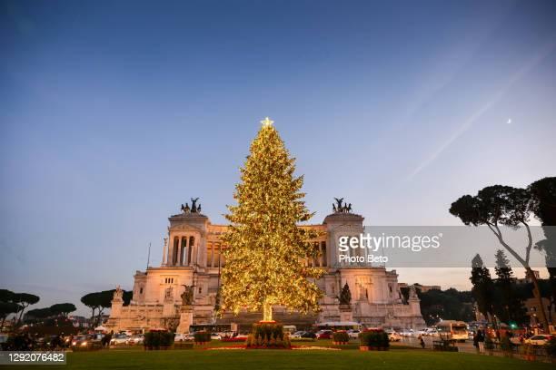 una vista al crepuscolo dell'albero di natale in piazza venezia nel centro di roma - natale di roma foto e immagini stock