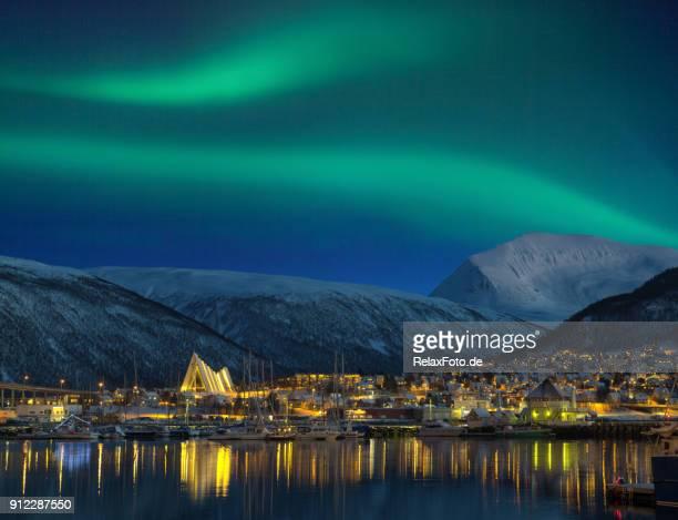 ve por la noche en la ciudad de tromso iluminada con catedral y majestuosa aurora boreal - noruega fotografías e imágenes de stock
