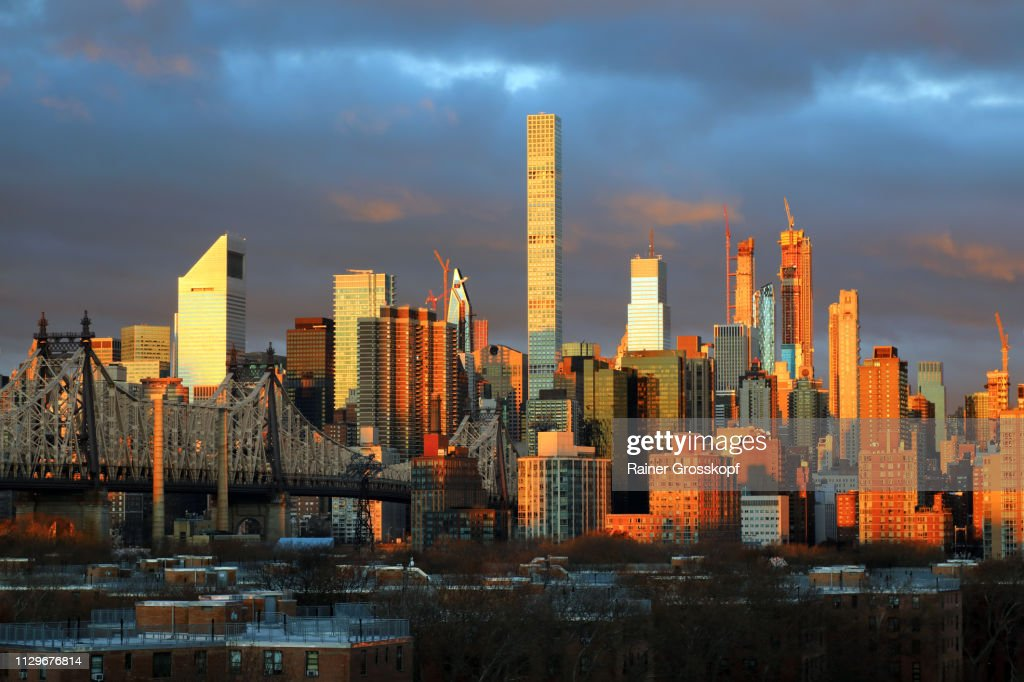 View at Queensboro Bridge and Skyline of Midtown Manhattan at a glowing sunrise : Stock-Foto