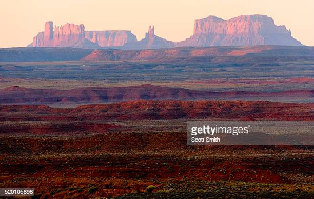 utah. usa. view at sunrise across valley of the gods to buttes & pinnacles of monument valley. colorado plateau. blm public land. - エディトリアル ストックフォトと画像