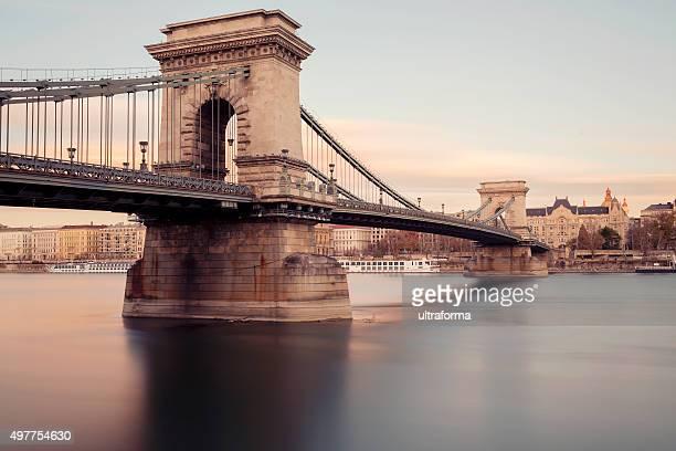 Vue du pont des chaînes Széchenyi à Budapest et la basilique au coucher du soleil