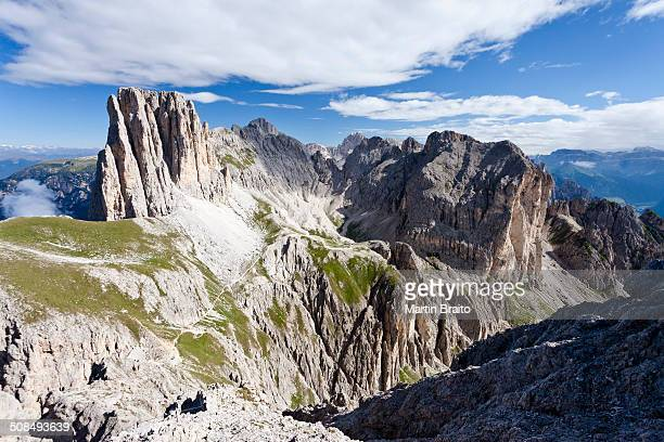 view during the ascent to the croda rossa in the rose garden group over the croda rossa via ferrata, below the vaiolonpass, behind the tscheiner tips and the rosengarten group with kesselkogel, dolomites, province of south tyrol, italy - catinaccio rosengarten foto e immagini stock