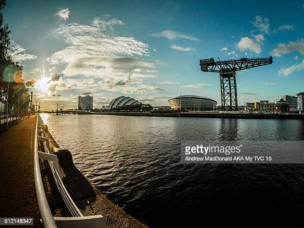 view facing west along the river clyde in glasgow - clyde auditorium stock pictures, royalty-free photos & images