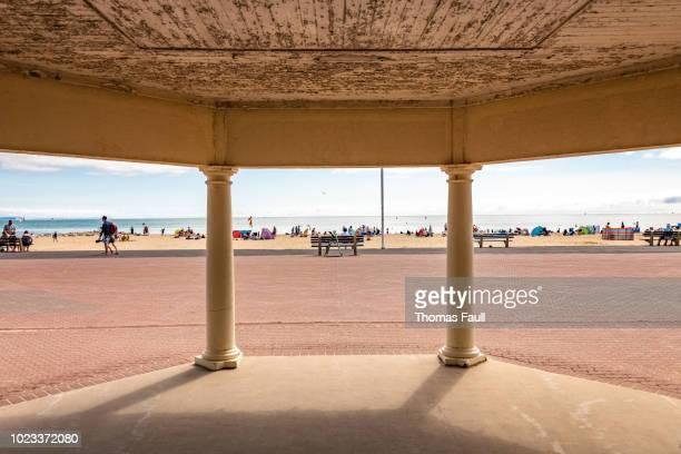 砂州のビーチに屋根付きの通路からの眺め - プール市 ストックフォトと画像