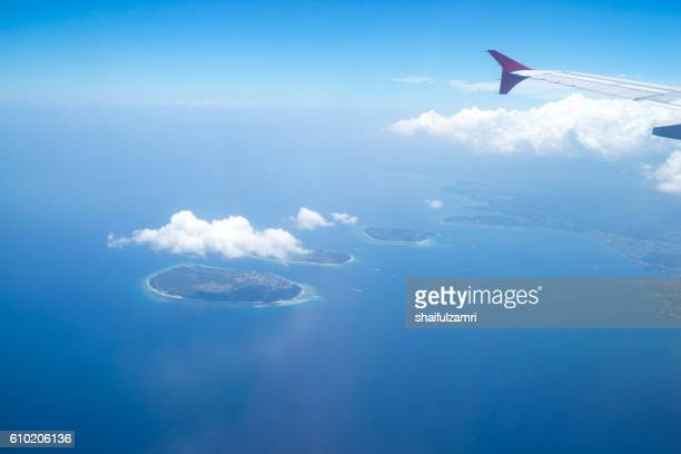 view from a jet plane window over lombok island, indonesia - shaifulzamri foto e immagini stock