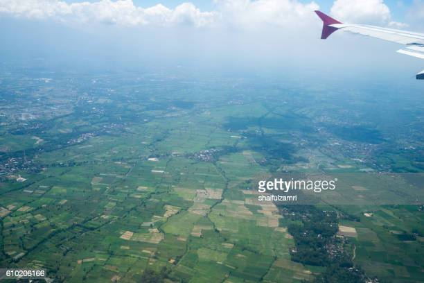 view from a jet plane window over lombok island, indonesia - shaifulzamri fotografías e imágenes de stock