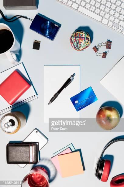 view from above credit card and office supplies on desk - schreibtisch stock-fotos und bilder