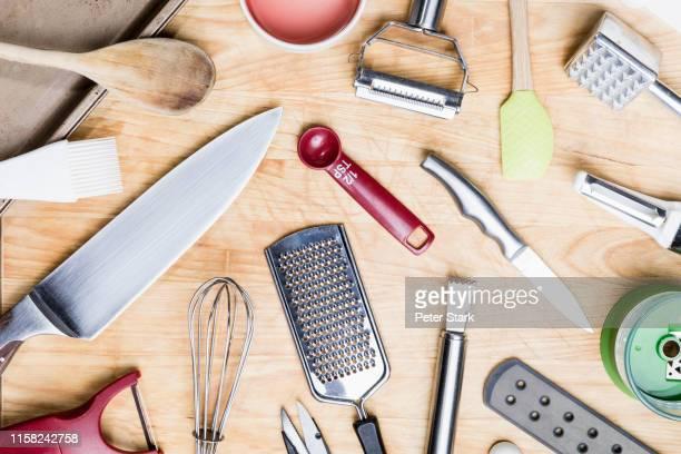 view from above kitchen utensils on wooden surface - knolling - keukengereedschap stockfoto's en -beelden