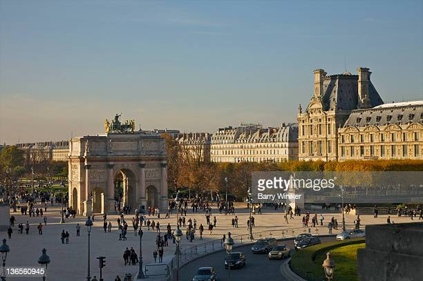 view from above of plaza near louvre and arch. - ルーヴル美術館 ストックフォトと画像