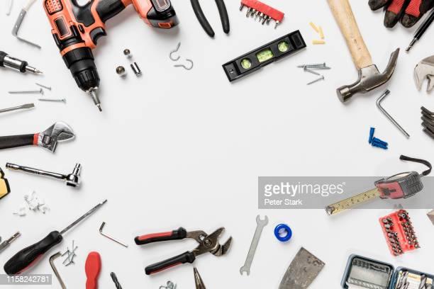view from above tools in circle on white background - knolling - werkzeug stock-fotos und bilder
