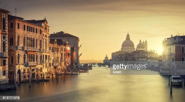 blick von der accademia-brücke, canale grande und der kirche santa maria della salute in venedig, italien - canale grande venedig stock-fotos und bilder