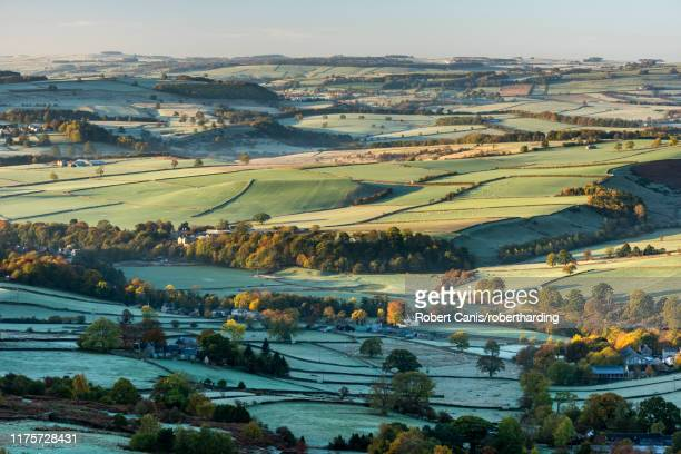 view from curbar edge at sunrise in autumn, looking south towards baslow and chatsworth, peak district national park, derbyshire, england, united kingdom, europe - chatsworth derbyshire stock pictures, royalty-free photos & images