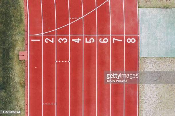 view from directly above the finish line at a track for track and field events - 比賽跑道 個照片及圖片檔