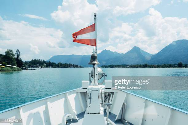 view from ferry on lake wolfgangsee, austria - peter lourenco 個照片及圖片檔