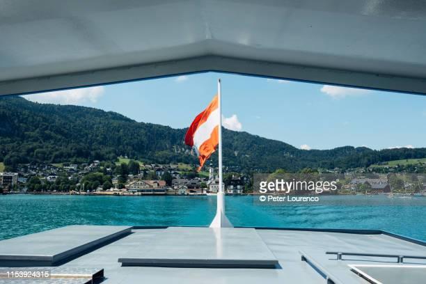 view from ferry on lake wolfgangsee, austria - peter lourenco stock-fotos und bilder