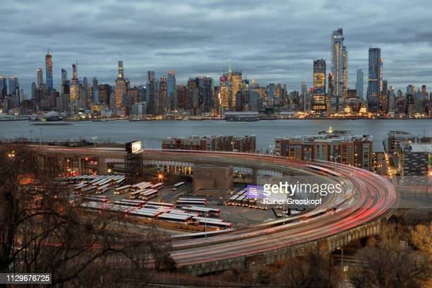 view from gregory park at hudson yards in midtown manhattan - rainer grosskopf stock pictures, royalty-free photos & images