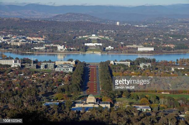view from mount ainslie to anzac parade, lake burley griffin and parliament house, canberra, australian capital territory, australia - regierungsgebäude stock-fotos und bilder