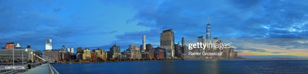 View from Pier 34 in Hudson River at the Skyline of Downtown Manhattan with One World Trade Center at dusk : Stock-Foto