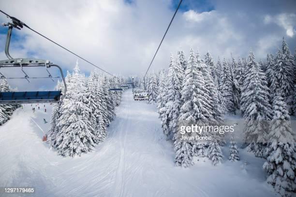 vue de l'ascenseur de ski - événement sportif d'hiver photos et images de collection