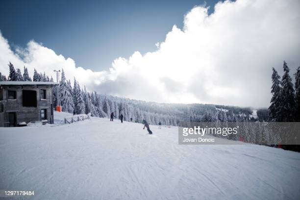 vue de la piste de ski au sommet de la montagne - événement sportif d'hiver photos et images de collection